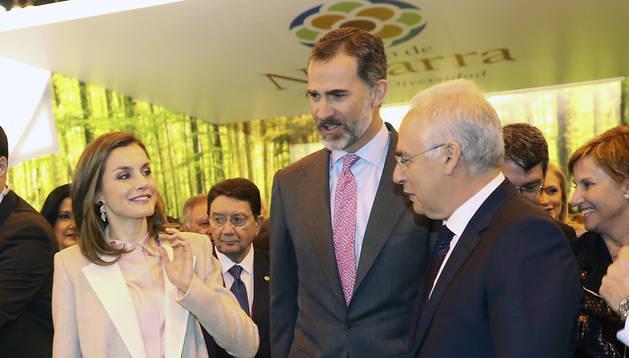 Los Reyes Felipe y Letizia, en el stand de Navarra, durante la inauguración de la trigésimo séptima edición de la Feria Internacional del Turismo (FITUR) en Madrid.