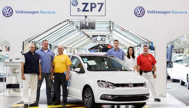 foto de Francisco Gómez, Jesús Lazcano, Ángel Alonso, José María Zabaleta, Carolina Pérez y Félix Mañeru, trabajadores de Producción y Calidad de Volkswagen Navarra, junto a un Volkswagen Polo 1.2 TSI