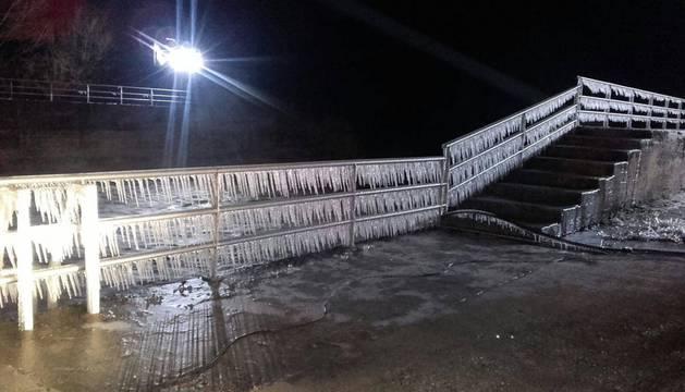 Frío y placas de hielo mantienen hoy la alerta tras una jornada bajo cero