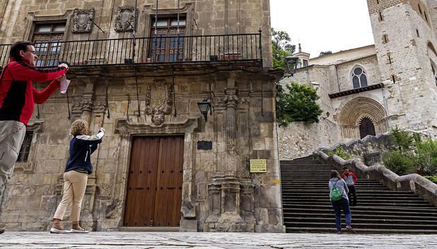 El edificio del antiguo ayuntamiento de Estella está situado junto a San Pedro de la Rúa.