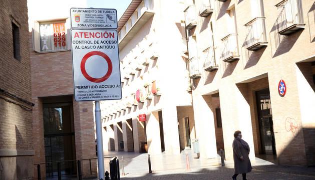 Señal informativa ubicada en la entrada a la calle Verjas.