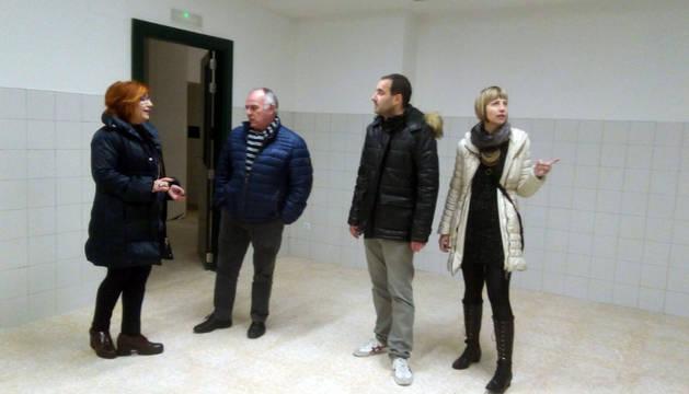 De izda. a dcha., Idoia Vitienes, Tomás Aguado, Gustavo Ortega y la edil de Educación Marian Urtasun en su visita a las obras realizadas en el colegio de Murchante.