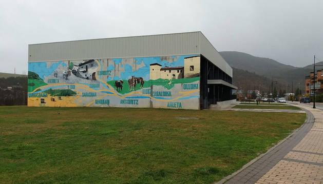 Polideportivo de Olloki, con un gran mural sobre Esteribar. A su lado se levantará el centro sociocultural.
