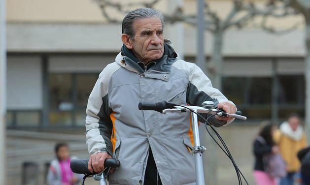 Felipe Martínez Salguero, cerca de cumplir 90 años, posa con una bicicleta de ciudad.