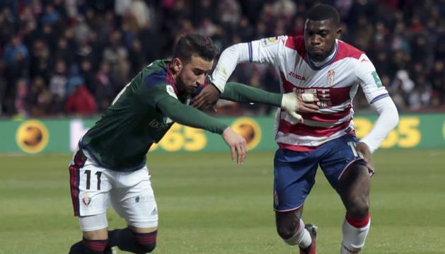 Berenguer disputa un balón con Boga durante el partido de Liga ante el Granada