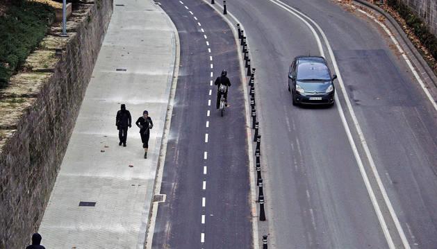 Imagen de un ciclista que utiliza el nuevo carril bici bajando hacia el portal Nuevo ayer por la mañana.