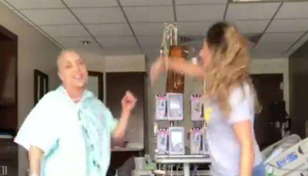 Fotograma del vídeo que Ayala subió a las redes sociales mientras recibía el tratamiento para curarse.