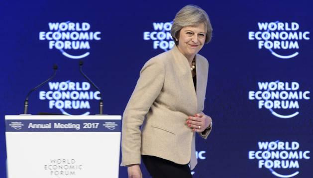 Imagen de la primera ministra británica, Theresa May, tras pronunciar un discurso en el Foro Económico Mundial que se celebra en la localidad alpina suiza de Davos