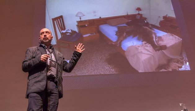 Imagen del inspector del Cuerpo Nacional de Policía Juan Enrique Soto, con la fotografía del caso de homicidio que hizo que el público resolviera.