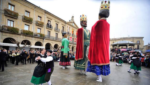 Danzaris y gigantes bailaron, al son de La Tafallesa, La Pilindros ante la mirada de decenas de personas.