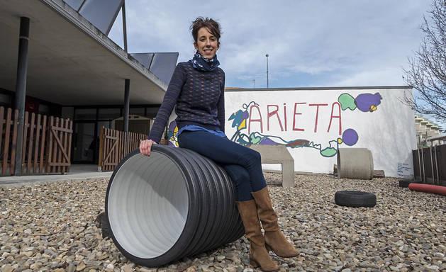 Iranzu Ugarte Garayalde, la nueva directora de Arieta, en las instalaciones al aire libre de la escuela.