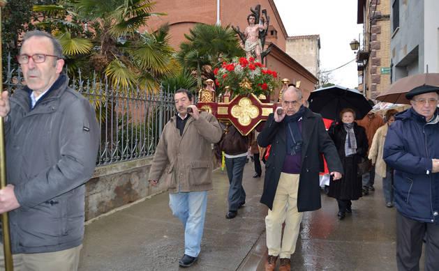 La procesión de San Sebastián inició en la calle Felipe de Arín el recorrido por el casco viejo.