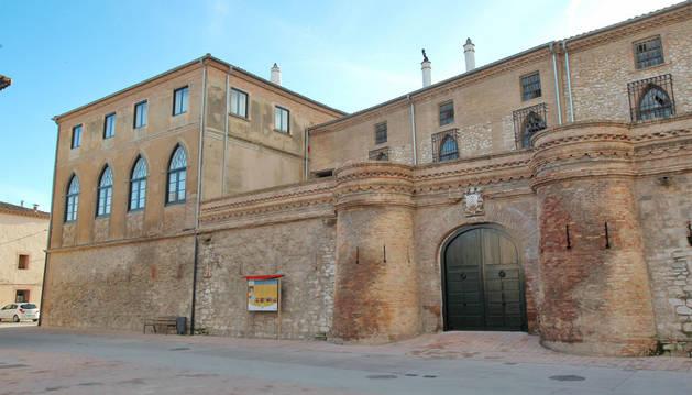 La fachada del castillo de Cortes, situado en el número 2 de la Plaza de la Iglesia de la localidad ribera.