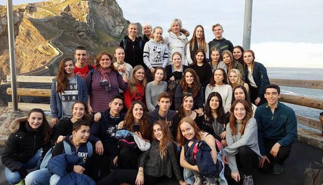 Los alumnos finlandeses y los navarros posan en Vizcaya durante la semana que compartieron en diciembre.
