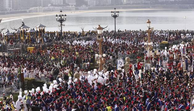 Miles de niños y adultos donostiarras celebran el día de San Sebastián