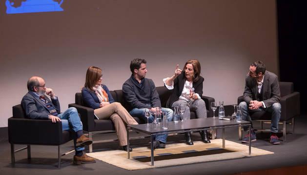 Imagen de izda. a dcha: Ricardo Piñer, María José Moreno, Rafa Melero, Reyes Calderón y, como moderador, Carlos Bassas.