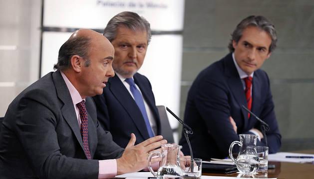 Los ministros de Economía, Industria y Competitividad, Luis de Guindos; de Educación, Íñigo Méndez de Vigo; y el de Fomento, Íñigo de la Serna (de izda a dcha), durante la rueda de prensa posterior al Consejo de Ministros.