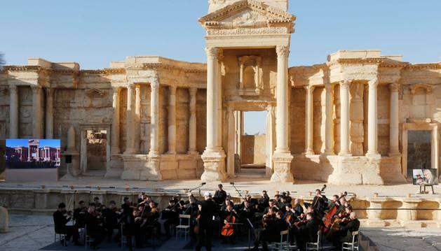 Fotografía de archivo que muestra a la orquesta rusa del Teatro Marrinsky durante un concierto en el Anfiteatro de Palmira.