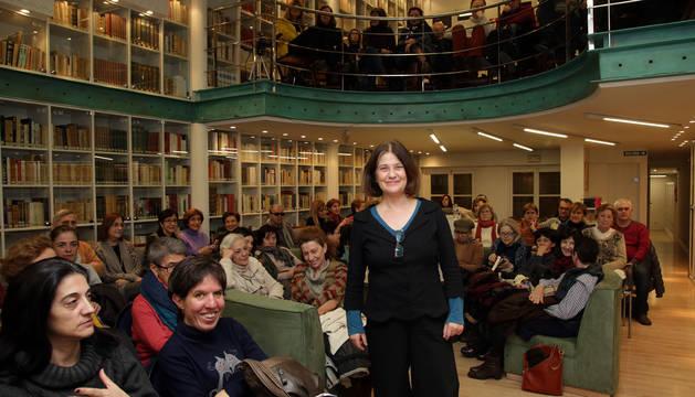 Rosa Ribas en el club de lectura de Diario de Navarra