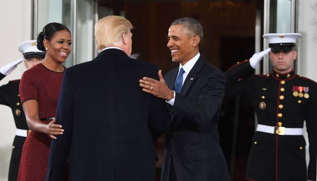 Foto de los Obama reciben a Donald Trump en la Casa Blanca.