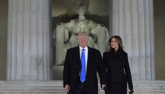 Foto de Donald Trump y su esposa junto al Monumento a Lincoln.