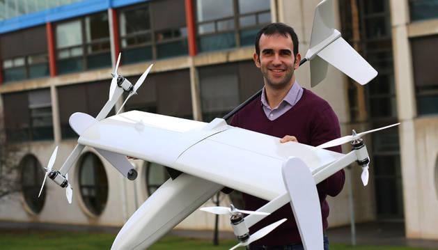 Carlos Matilla sostiene en sus brazos el dron híbrido que acaban de diseñar en la empresa FuVeX, con sede en Tudela y gran presencia de investigadores e ingenieros de la UPNA.