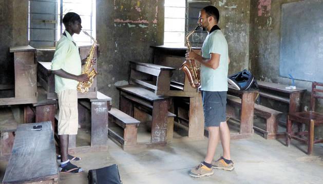 El saxofonista de Valencia Salva Aras imparte una clase particular a un alumno ugandés.