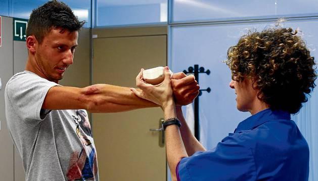 Adriano Malori hace ejercicios con una fisioterapeuta durante una de las sesiones de recuperación de sus graves lesiones.