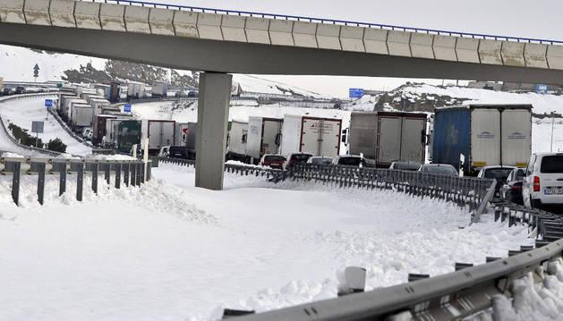 Largas retenciones en Bonete, Albacete, por culpa de la nieve.