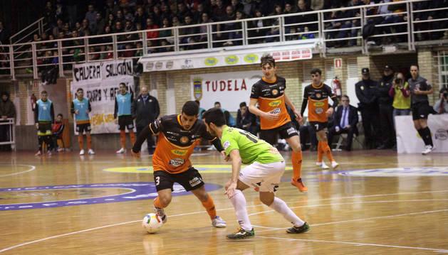 Hamza intenta regatear al jugador de Palma Joselito en el partido de ayer disputado en el Ciudad de Tudela.