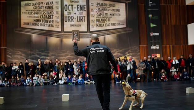 El agente del grupo de guías caninos durante la exhibición de obediencia.
