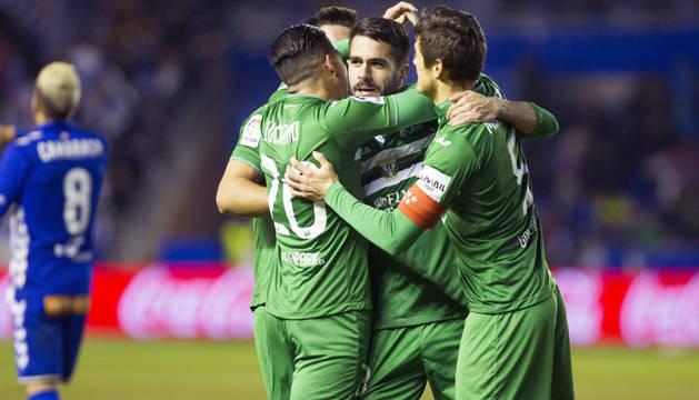 Insúa es abrazado por sus compañeros tras marcar el gol del empate en Mendizorroza