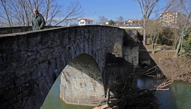 Aspecto que presentaba ayer el puente Miluce, con varias ramas y troncos acumulados en el tajamar.