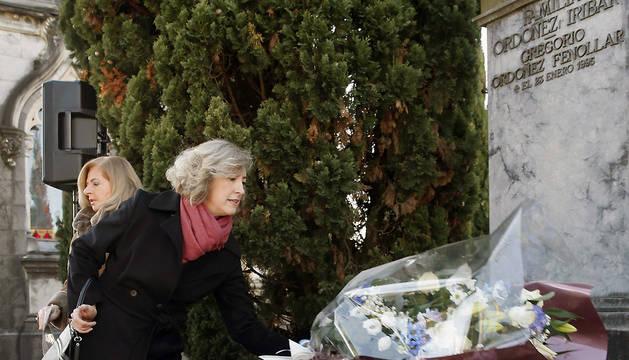 La viuda de Gregorio Ordoñez, Ana Iribar (c), y la hermana, Consuelo Ordoñez (i), colocan unos ramos de flores en la tumba del expresidente del PP de Guipúzcoa, asesinado por ETA en 1995.