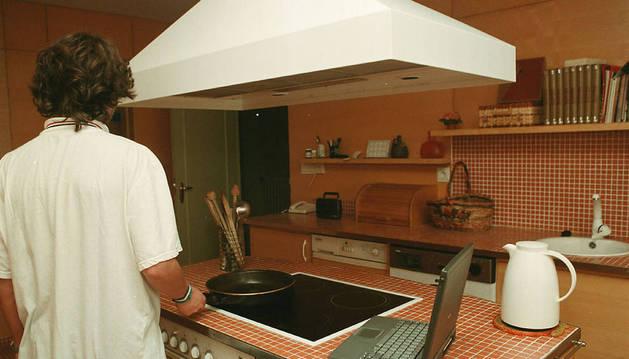 El gasto de luz en cocinar es cerca del 8% del total de un hogar medio, según estudios del IDAE.