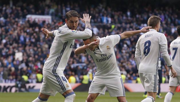 Sergio Ramos celebra junto a su compañero, el delantero Lucas Vázquez (d), el segundo gol marcado ante el Málaga.