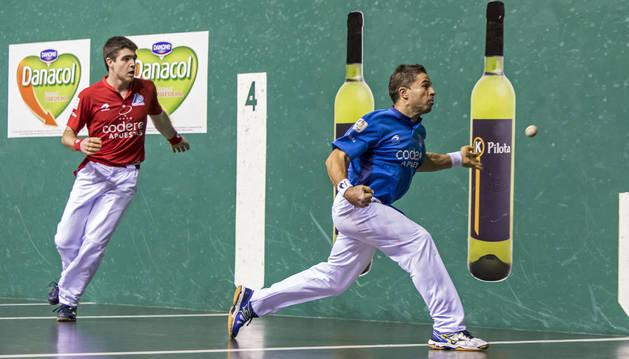 Olaizola restando durante una jugada del partido en presencia de Irribarria