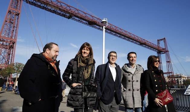 El exlehendakari Patxi López (c), posa ante el Puente Colgante de Portugalete.