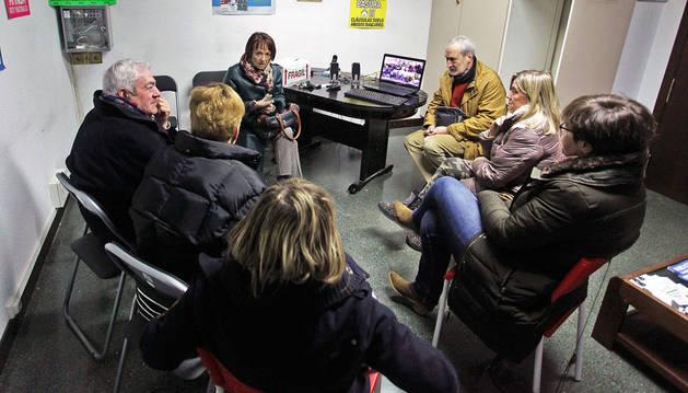 Un grupo de personas afectadas por las cláusulas suelo analizaron ayer la situación durante una reunión en la sede de Adica en Pamplona.