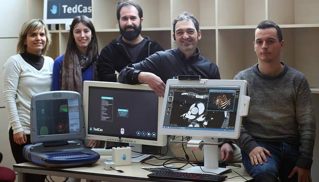 Parte del equipo de Tedcas, con la tecnología de la empresa. De izquierda a derecha: Sara Estarriaga Marín, Marta Díez Gorrochategui, Gerardo Caballero Galindo, Jesús Pérez-Llano (director y promotor) y Enrique Muñoz Pinedo.