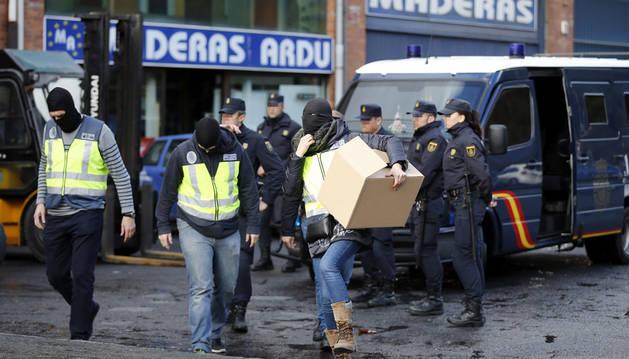 Agentes de la Policía Nacional durante el registro en un polígono industrial en la localidad Vizcaína de Galdakao.