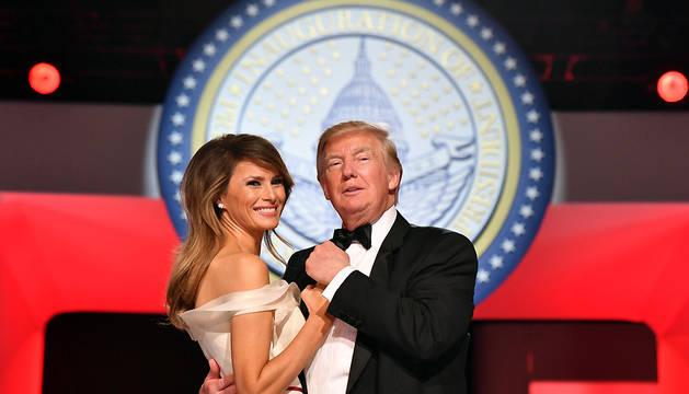 El presidente de Estados Unidos, Donald Trump, y su esposa, Melania, bailan en el Centro de Convenciones de Washington.