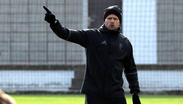 Petar Vasiljevic da instrucciones a sus jugadores durante un entrenamiento en Tajonar