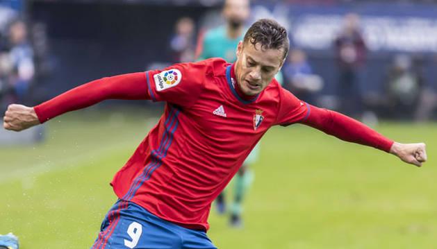 Oriol Riera se dispone a chutar un balón durante un partido en El Sadar