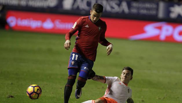 Berenguer conduce el balón ante un rival del Valencia