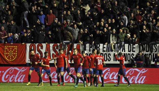 La plantilla de Osasuna celebra uno de los goles durante el partido contra el Valencia
