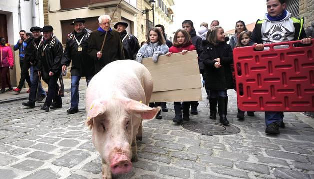 Ayer se celebró en Artajona la 199 Rifa del Cuto en honor a San Antón, una fiesta centenaria que repartió 10 cerdos.