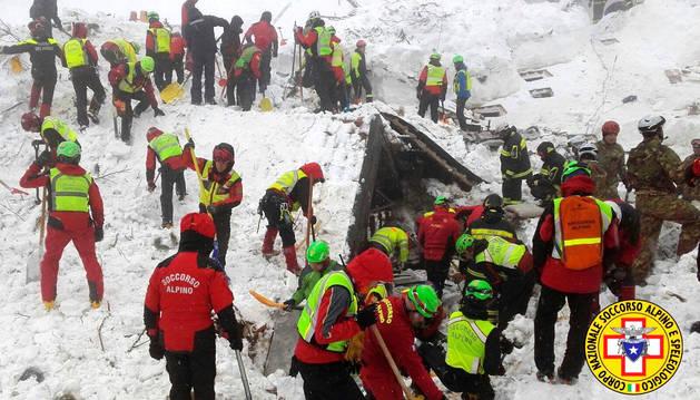 Foto de los equipos de rescate buscan en el hotel Rigopiano de Farindola (centro de Italia).
