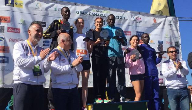 Ganadores de la Cajasiete Gran Canaria Maratón. Alejandra Arribas, en el tercer puesto del podio.