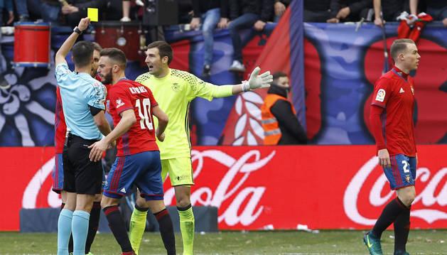 Estrada Fernández amonesta a Mario en el tramo final de encuentro ante las quejas de Fausto Tienza y Roberto Torres.